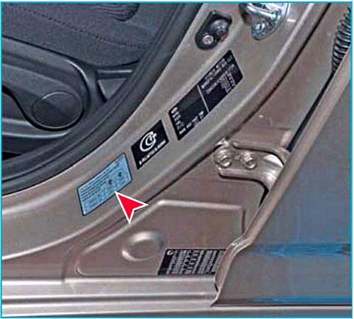 табличка с указанием давления в шинах