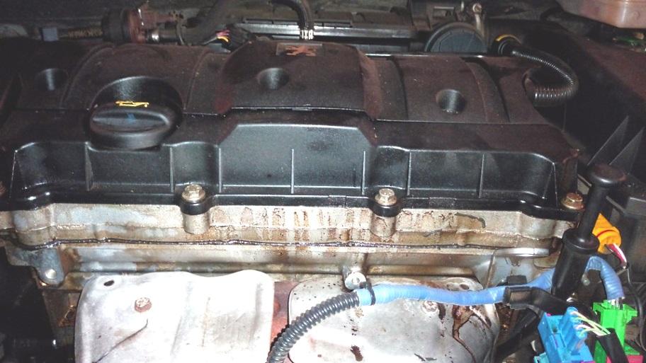 масло под прокладкой клапанной крышки двигателя
