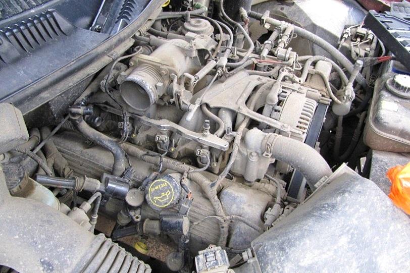непомытый двигатель автомобиля