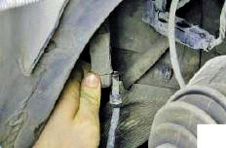отсоедить наконечник шланга высокого давления