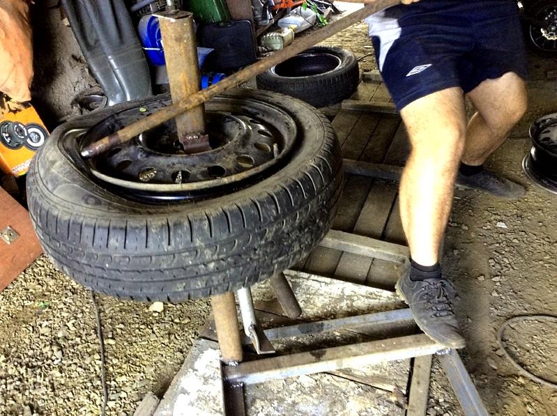 процесс разбортировка колеса машины