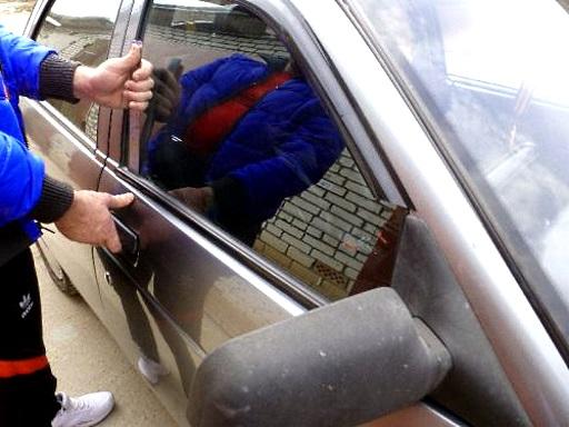 открыть дверь авто металлической линейкой