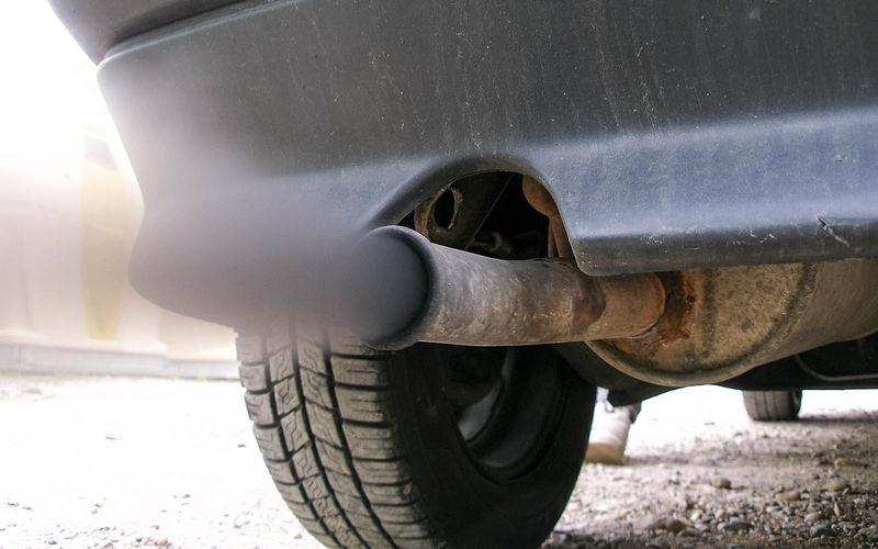 темно серый выхлоп дизельного двигателя