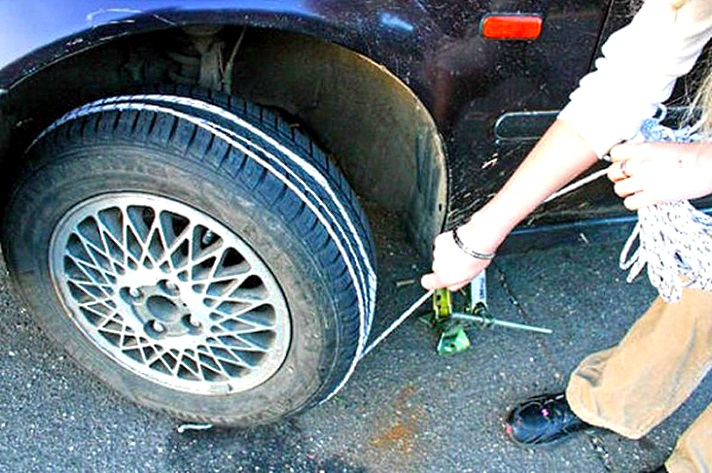 Как завести машину с помощью домкрата и веревки
