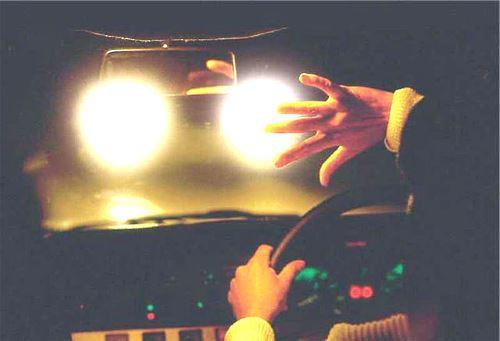 водитель ослеплен светом встречных фар