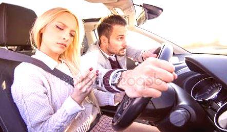 женщина водит авто