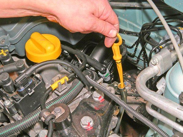 проверить уровень масла в двигателе щупом