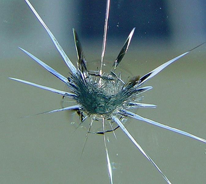 ремонт скола на лобовом стекле с помощью полимера