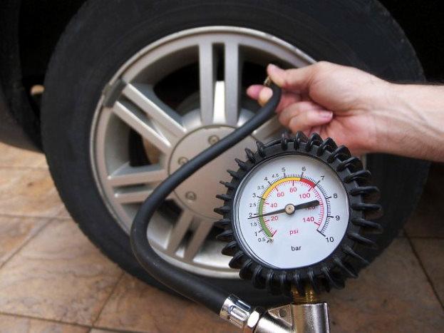 как проверить давление воздуха в шинах