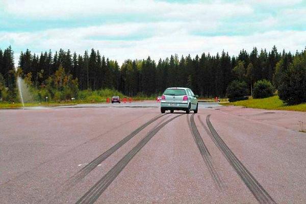 почему при торможении машину уводит в сторону