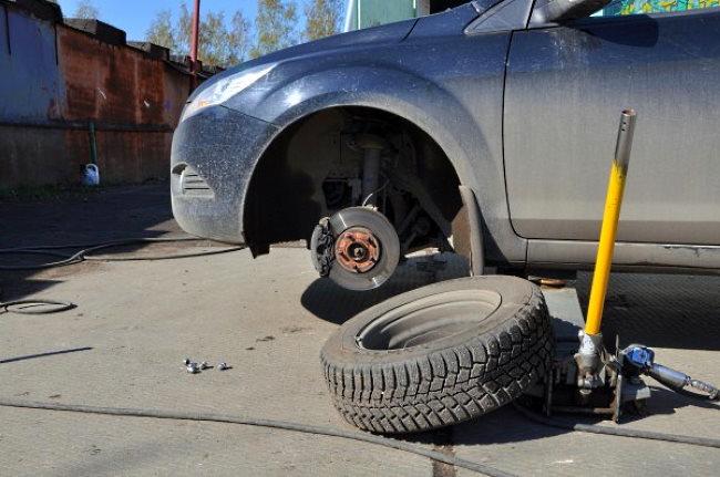поменять колесо авто